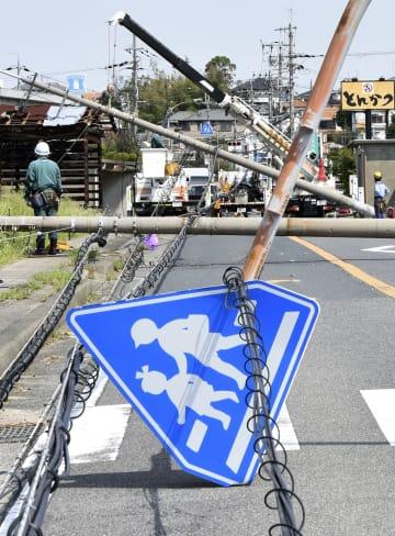 台風21号の影響で倒れた電柱や標識=6日、大阪府泉南市