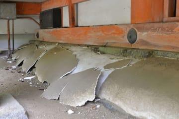 しっくい塗りの被害が確認された神廟拝所の縁の下=7日、奈良県桜井市の談山神社(奈良県教委提供)