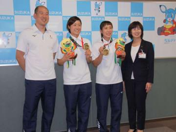 【末松市長(右)とともに日本代表チームの銅メダル獲得を喜ぶ(左から)櫛田監督、原主将、多田選手=鈴鹿市役所で】