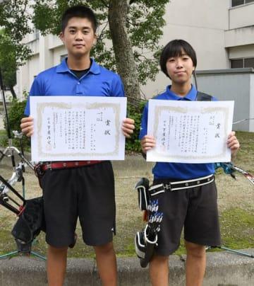 【全国高校アーチェリー競技ブロック対抗戦で活躍した(左から)田木君、眞弓さん=四日市四郷高で】