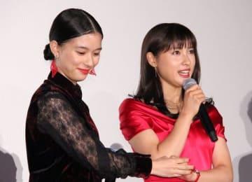 映画「累-かさね-」の公開初日舞台あいさつに登場した土屋太鳳さん(右)と芳根京子さん