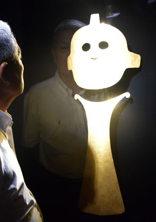 太陽エネルギーを象徴し、儀式用装身具として使われた黄金の仮面と胸飾(滋賀県甲賀市信楽町・MIHO MUSEUM)
