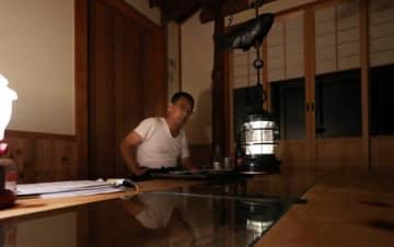 停電が長引くなか、料理旅館を営む男性はホームセンターで購入したランタンの明かりで夕食を取っていた(7日午後6時52分、京都市左京区鞍馬貴船町)