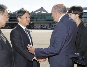 フランス・リヨンの空港に到着し、関係者の出迎えを受けられる皇太子さま=7日(共同)