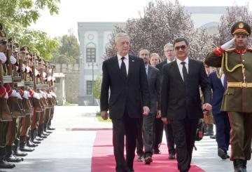 アフガニスタンの大統領官邸に到着したマティス米国防長官(前列左)=7日、カブール(共同)
