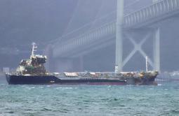 えい航されて明石海峡大橋をくぐるタンカー。船体の右側は無残に壊れたままだ=7日午前7時32分、神戸市垂水区(撮影・斎藤雅志)