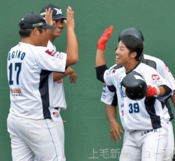群馬―福島 六回裏群馬無死、左翼席に今季第1号のソロ本塁打を放ちナインとタッチして喜ぶ小見山(右)=高崎城南