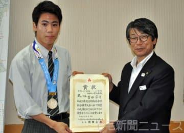 優勝を報告した吉田選手(左)と笠原教育長