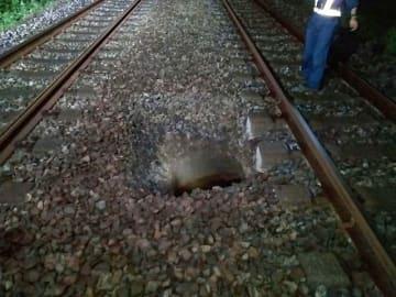 直径約1・5メートル、深さ2メートル弱にわたって陥没が発生した小田急線の線路=伊勢原市池端(小田急電鉄提供)