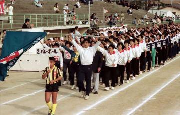 そろいのユンホームで入場行進する選手ら=長崎市松山町、市営陸上競技場=