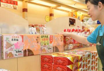 店頭で販売される「石割桜」。突然の生産停止に根強いファンから惜しむ声が上がる=5日、盛岡市・JR盛岡駅