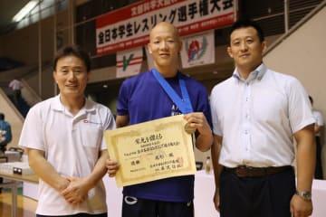中大から36年ぶりの優勝を達成した尾形颯(中央)と山本美仁監督(右)、李正根コーチ