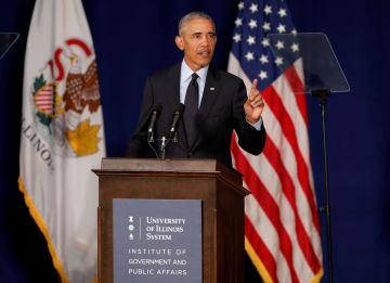7日、米イリノイ州の大学で演説するオバマ前大統領(ロイター=共同)