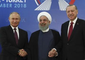 握手する(左から)ロシアのプーチン、イランのロウハニ、トルコのエルドアン各大統領=7日、テヘラン(AP=共同)