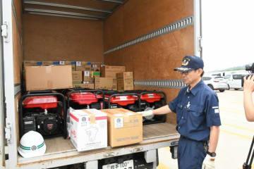 宮古市からの支援物資を積んだトラック。室蘭市に向けてフェリーで出発した=7日、宮古市磯鶏