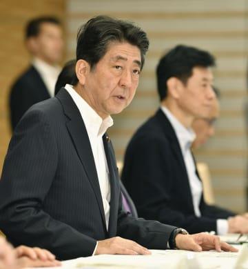 北海道の地震の関係閣僚会議で発言する安倍首相=8日午前、首相官邸