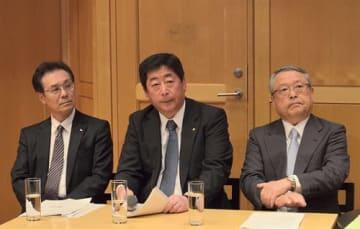 左から極洋・井上誠社長、日本水産・的埜明世社長、マルハニチロ・伊藤滋社長