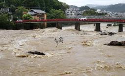 大雨の影響で水位が上昇した猪名川=8日午前、川西市多田院(撮影・風斗雅博)