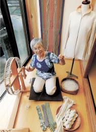 紙糸作りの場は、庭を臨む自宅の一画。大金さんは「自分に今できる最高のものを作りたい」と話す