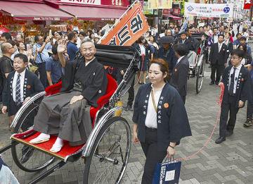 襲名披露公演「十月大歌舞伎」を前に大阪・道頓堀でお練りをする市川斉入さん(左)ら=7日
