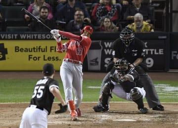 ホワイトソックス戦の3回、右中間に3試合連続本塁打となる19号3ランを放つエンゼルス・大谷=シカゴ(共同)