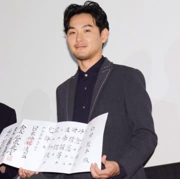 本当にうれしそう! 日本将棋連盟から初段免状を贈呈された松田龍平