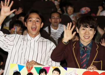 「映画 おかあさんといっしょ はじめての大冒険」の公開記念舞台あいさつに登場した満島真之介さん(左)と横山だいすけさん