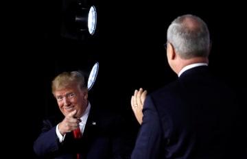 米ノースダコタ州で行われた資金集めの集会で、同州上院議員候補を指さすトランプ米大統領(左)=7日(ロイター=共同)