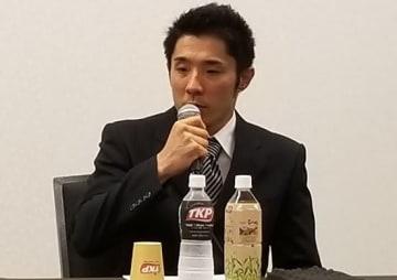 9月5日、会見を行う速見佑斗コーチ
