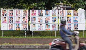 沖縄県名護市議選の投開票を控え、市内で掲示されている候補者ポスター=8日午後