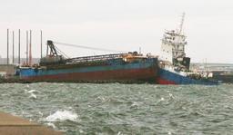 台風21号による高潮の影響で、大型船舶が防波堤に乗り上げるなど被害がでた西宮市西宮浜=4日午後6時18分