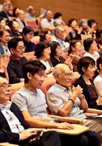 「牧水の恋」トークイベントで俵さんと伊藤さんの講評に聞き入る来場者=8日午後、宮崎市・宮日会館
