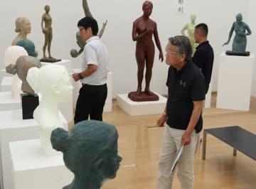 作品を厳正に選考する彫刻部門の審査員=長崎市、長崎県美術館