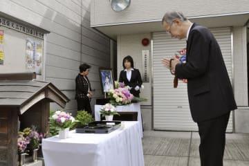 自宅跡地で手を合わせる小林順子さんの父賢二さん=7日、東京都葛飾区
