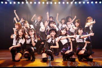 『シアターの女神』公演の初日に登場したチームBメンバー16人(C)AKS