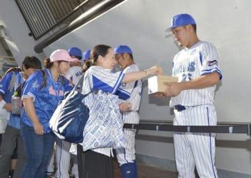 試合前に、北海道の震災への募金を募る横浜DeNAの選手ら=横浜スタジア