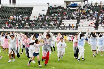 雨の中、6500人が参加して行われた福井国体開会式のリハーサル=9月8日、福井県福井市の9・98スタジアム