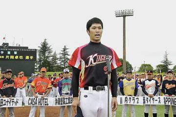 選手宣誓する奎クラブの片岡副主将=弘前市はるか夢球場