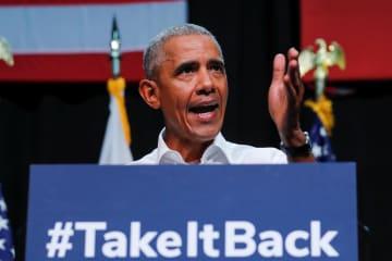 8日、米ロサンゼルス郊外で開かれた野党民主党の選挙集会で演説するオバマ前大統領(ロイター=共同)