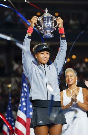 全米オープンテニスの女子シングルス決勝で初制覇を果たし、トロフィーを掲げる大坂なおみ=8日、ニューヨーク(共同)