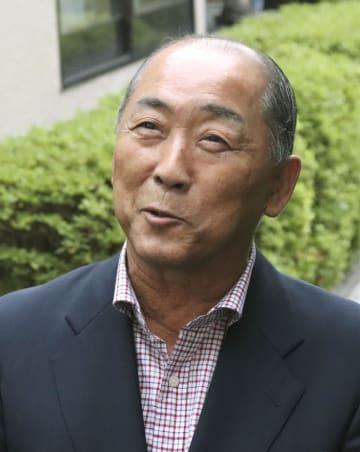 笑顔で取材に応じる大坂なおみ選手の祖父鉄夫さん=9日午前、北海道根室市
