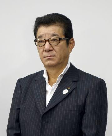 欧州への出発前に記者団の取材に応じる松井一郎大阪府知事=9日午前、中部空港