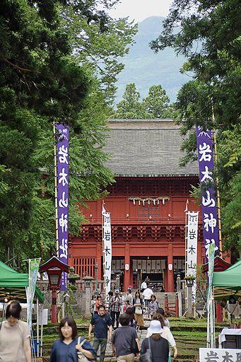参拝者でにぎわう岩木山神社の参道。奥宮がある山頂も姿を見せた=8日午後