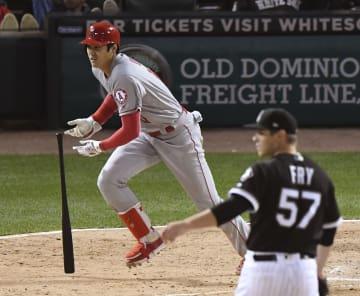 ホワイトソックス戦の9回、右翼線に走者一掃の三塁打を放つエンゼルス・大谷=シカゴ(共同)