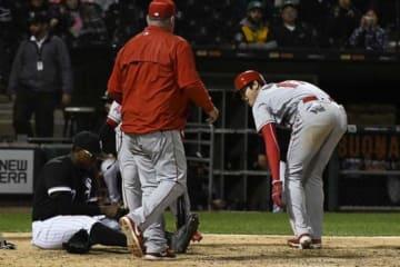 本塁で相手投手と交錯したエンゼルス・大谷翔平【写真:AP】