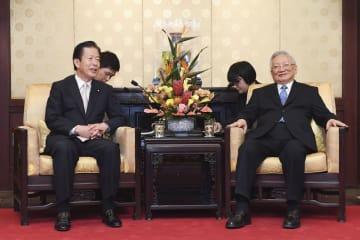 9日、北京の釣魚台迎賓館で中日友好協会会長の唐家セン元国務委員(右)と会談する公明党の山口代表(共同)