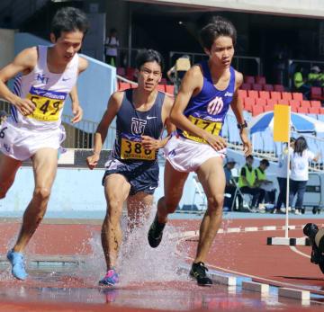 男子3000メートル障害で4連覇を果たした塩尻和也(右)=川崎市等々力陸上競技場