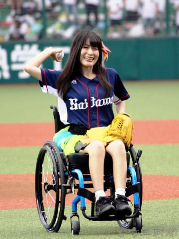 始球式の大役を務めたアイドルグループ「仮面女子」の猪狩ともかさん(埼玉出身)=9日、所沢・メットライフドーム