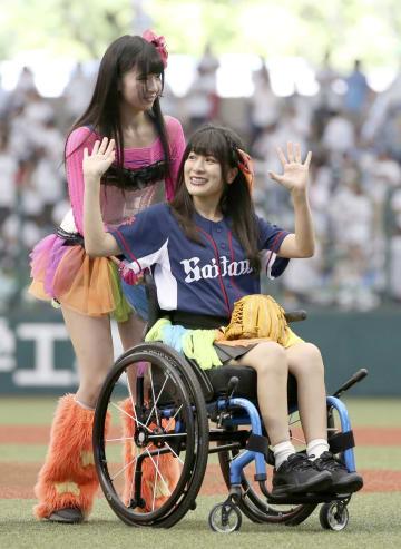車いすでの始球式を終え、手を振るアイドルグループ「仮面女子」の猪狩ともかさん=9日、埼玉県所沢市のメットライフドーム