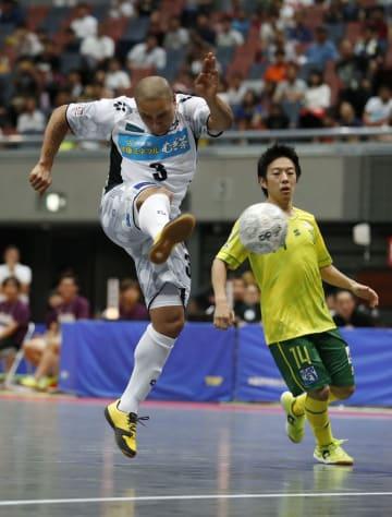 フットサルFリーグの仙台戦で、自身2点目となる右足ボレーを決めるFリーグ選抜のロベルトカルロス氏(左)=丸善インテックアリーナ大阪